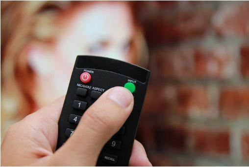 Nhấn nút Input hoặc TV/AV để chọn nguồn dữ liệu